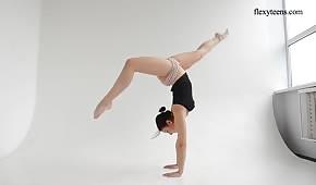 Un corpo flessibile di un modello cool