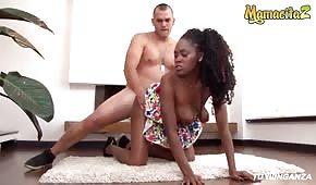 Sesso sul tappeto con una bella negra