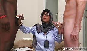 Una timida donna araba frusta due cazzi