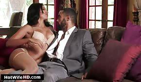 Sesso su un divano in pelle con una ragazza latina