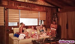 Le ragazze carine si divertono in una casa per le vacanze