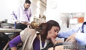 Sesso di gruppo in ufficio con una donna araba